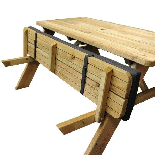 Zitkussen op picknicktafel van opgeklapt bankje